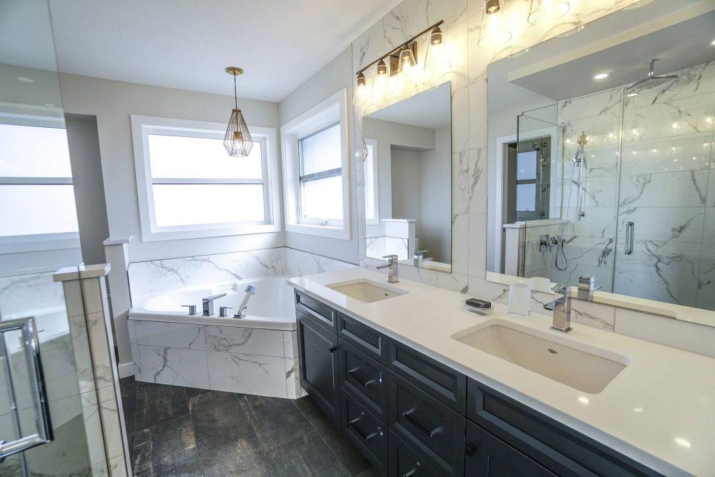 Een interieur met marmer kan ook de badkamer zijn